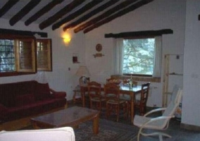 Entrada al edificio y acceso a la cocina junto al salón
