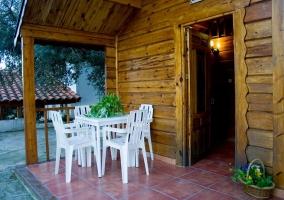 Porche y terraza con muebles de exterior
