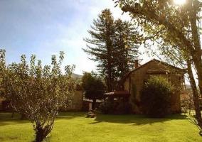 Fachada con jardín de la casona