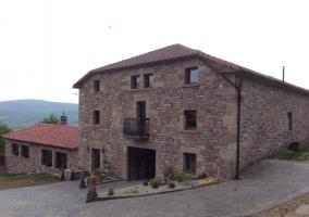 Piscina redonda vallada y ubicada en el exterior del alojamiento