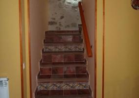 Escaleras con pared de piedra