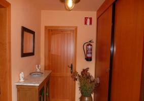 Pasillo con mostrador de madera y espejo
