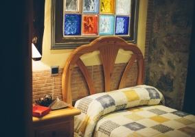 Dos camas individuales con colcha blanca