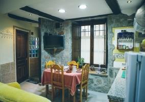 Cocina con televisión de pantalla plana