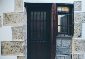 La puerta de la casa es de color negro