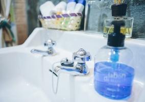 Lavabo con jabón de color azul