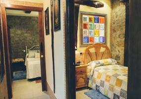 Pasillo que da a las habitaciones con curiosa decoración