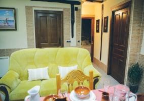 Sofá amarillo en la cocina comedor