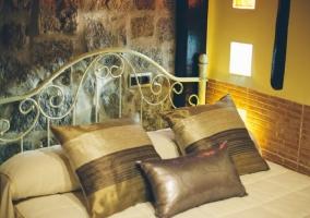 Habitación con cama de matrimonio y pared de piedras