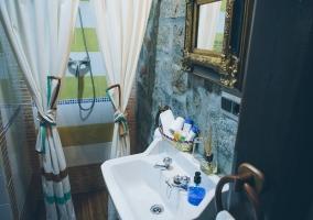 Uno de los baños con plato de ducha