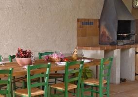 Barbacoa con mesa de jardín