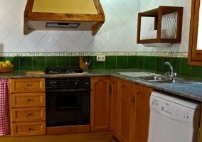 Cocina con lavavajillas blanco y horno negro