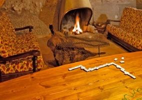 Colección de juegos y chimenea de leña