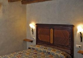 Habitación con cama de matrimonio con pared gris