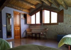 Habitación cuádruple con tres camas en la buhardilla