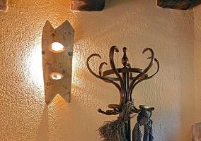 Perchero de madera con lámpara