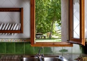 Pila de la cocina con ventana de madera