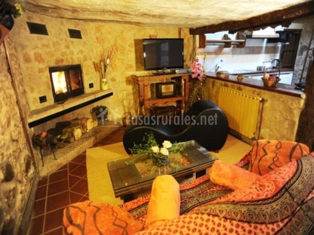 Casa suite el romero en monasterio guadalajara for Chimenea lena empotrada