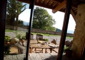 Zona para hacer barbacoa con tumbonas en el jardín