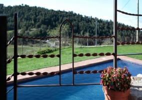Fachada de la casa donde se aprecian los ventanales