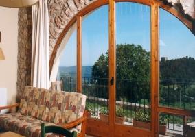 Preciosa terraza en la casa con muebles de jardín