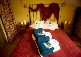 Dormitorio con ropa de cama
