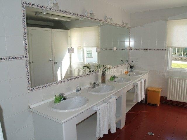 Baño común con paredes blancas