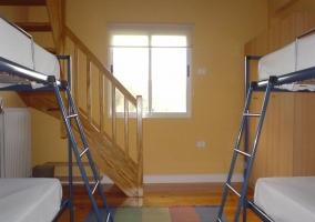 Literas con escaleras azules