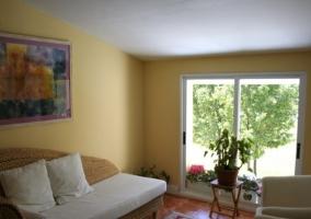 Sala de estar con sofá de mimbre