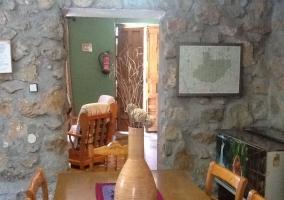 Salón con sofá y butacones junto a chimenea verde