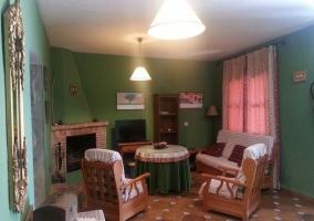 Fachada principal con muebles en el porche
