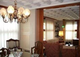 Salón con mesa de comedor y muebles de madera
