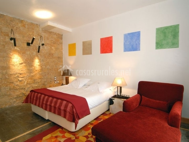 Hotel la casa del abad hoteles rurales en ampudia palencia for Dormitorio granate