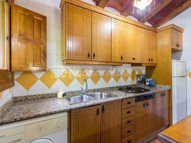 Cocina completa en tonos amarillos