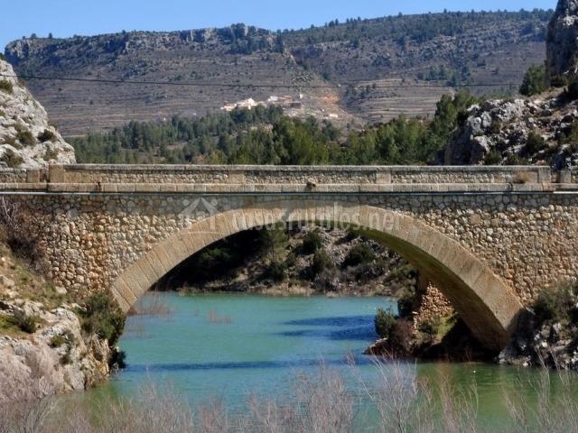 Puente de piedra sobre el río del pueblo