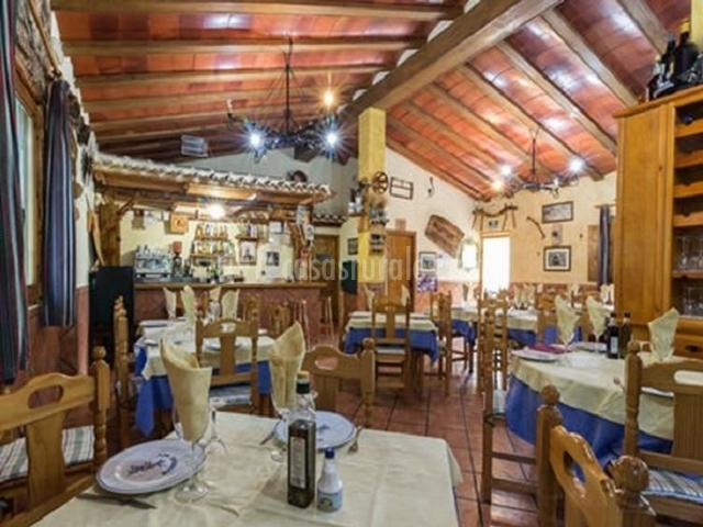 Zona restaurante con barra de bar