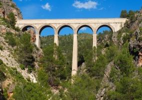 Puente de piedra con arcos