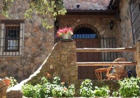 Piscina privada que le rodea un amplio jardín