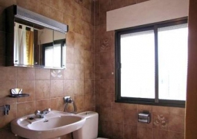 Baño totalmente equipado con armario con espejo