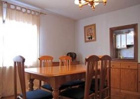 Comedor con mesa de madera y sillitas