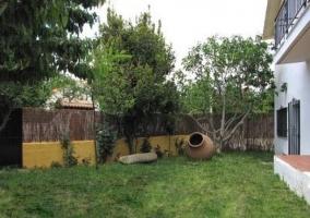 Terraza de la casita con muebles de jardín