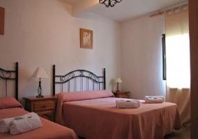 Otra de las habitaciones con dos camas de matrimonio
