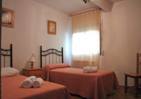 Una de las habitaciones con ropa de cama