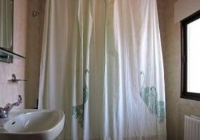 Uno de los cuartos de baño con bañera