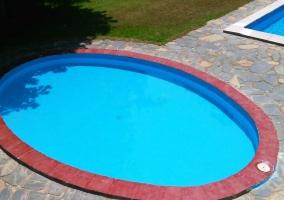 Con piscina doble rodeada de jardín
