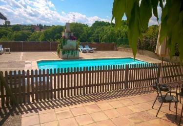 Casas rurales con piscina en llampaies for Casas rurales en portugal con piscina