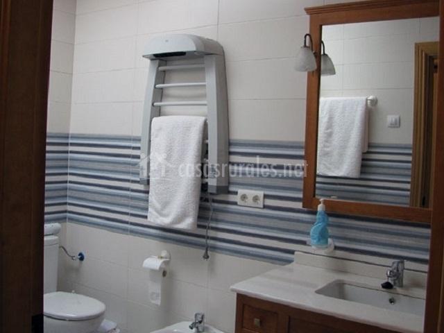 Baño precioso con ropa de ducha
