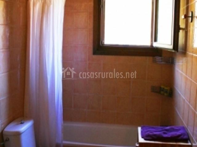 Aseo con bañera en la primera planta de la casa