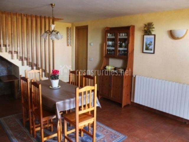 Comedor con alacena junto a la mesa y escaleras al primer piso