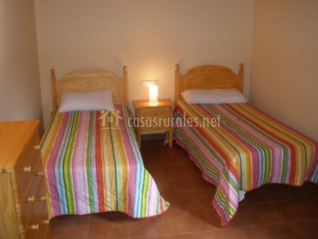 Dormitorio doble con camas individuales y cajonera